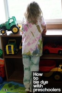 How to tie dye with preschoolers - so many tips for mess-free (or low-mess) tie dyeing with kids