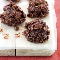 Dark Chocolate and Oat Clusters... 2 tbs peanut butter 2 tbs 1% low-fat milk 1/4 c semisweet chocolate chips 3/4 c old-fashioned rolled oats Preparation: peanut butter, milk, & chocolate chips in a saucepan; over low heat until chips melt (~3 ...