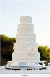 Even though I don't like fondant, this is a gorgeous cake.