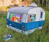 My car is not this bad. Michael Johansson Vi hade i alla fall tur med vädret, 2006 (At least the weather was nice) Caravan, portable coolers, ice packs, sun chairs, camping equipment, thermoses, etc. Dimensions: 3 x 2 x 2 m. Installation view: Bo...